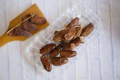 Ifthar kolacji Ramadan Karmowy kareem, pojęcie: Data Islamski zamocowanie, owoc data umieszczająca na białym tło różanu zdjęcie stock