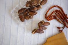 Ifthar kolacji Ramadan Karmowy kareem, pojęcie: Data Islamski zamocowanie, owoc data umieszczająca na białym tło różanu zdjęcie royalty free