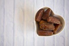 Ifthar kolacji Ramadan Karmowy kareem, pojęcie: Data Islamski zamocowanie, owoc data umieszczająca na białym tło różanu fotografia royalty free