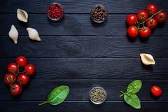 Ig conchiglie i świezi warzywa Składniki dla włoskich cuis Obraz Royalty Free