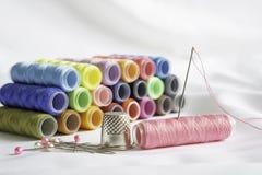 Ig?a, szpilki, naparstek i kolorowe cewy ni?, obrazy royalty free