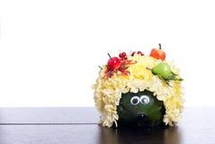 Igeles von Blumen auf einer Tabelle auf einem lokalisierten weißen Hintergrund Stockbild