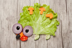 Igelkott som göras av grönsaker på tabellen Arkivfoto