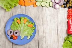 Igelkott som göras av nya grönsaker på plattan och trä med ingredienser Arkivfoto