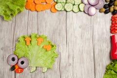 Igelkott som göras av nya grönsaker på tabellen med ingredienser Royaltyfri Bild