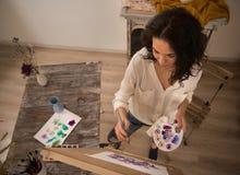 Igh kąta widok beatifull żeński artysta pracuje na jej nowym obrazku Obrazy Stock