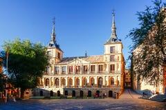 Ight de la mañana en Plaza del Ayuntamiento delante de la catedral de St Mary en Toledo, España Imagenes de archivo