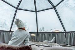 Iglú de cristal en Laponia cerca de Sirkka, Finlandia imágenes de archivo libres de regalías