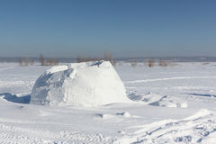 Iglú inacabado en un claro de la nieve Imagen de archivo libre de regalías