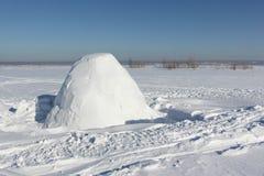 Iglú inacabado en un claro de la nieve Fotografía de archivo