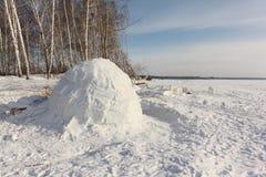 Iglú que se coloca en un claro nevoso en el invierno Fotografía de archivo libre de regalías