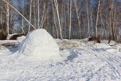 Iglú que se coloca en un claro nevoso en el invierno Fotos de archivo