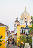 Iglesia圣佩德罗火山卡塔赫钠哥伦比亚en el centro historico,从卡塔赫钠墙壁的射击 库存照片