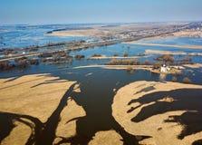 Iglesia aérea de la foto de la intercesión en el río Nerl en la inundación de la primavera Iglesia rusa fotos de archivo