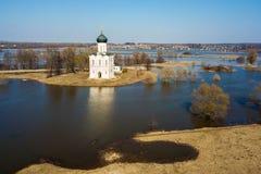 Iglesia aérea de la foto de la intercesión en el río Nerl en la inundación de la primavera Iglesia rusa foto de archivo libre de regalías