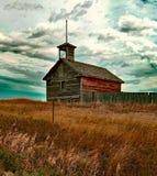 Iglesia abandonada en un campo foto de archivo