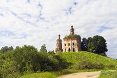 Iglesia abandonada en una colina Imagenes de archivo