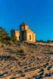 Iglesia abandonada por la playa en Toscana - 1 Fotografía de archivo