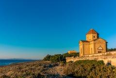 Iglesia abandonada por la playa en Toscana - 8 Imagenes de archivo