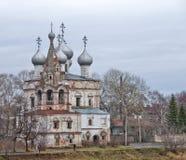 Iglesia abandonada vieja en la región de Vologda, Rusia mirada desagradable imagen de archivo