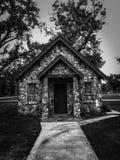 Iglesia abandonada vieja en un cementerio fotos de archivo libres de regalías