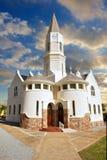 Iglesia africana bajo los cielos dramáticos de la puesta del sol fotos de archivo