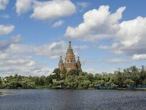 Iglesia agradable en el lago Fotos de archivo libres de regalías