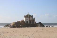 Iglesia agradable que pasa por alto el Océano Atlántico en Portugal Imagen de archivo