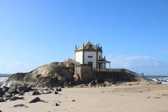Iglesia agradable que pasa por alto el Océano Atlántico en Portugal Fotos de archivo