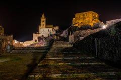 Iglesia aislada por noche cerca del La Spezia, Italia de la iglesia Portovenere/de San Pedro del mar imagen de archivo libre de regalías