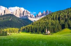 Iglesia alpina tradicional del St Juan en el valle de Val di Funes, pueblo turístico de Santa Maddalena, dolomías, Italia Fotos de archivo