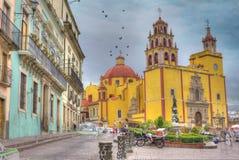 Iglesia amarilla en el guanajuato, México Imágenes de archivo libres de regalías