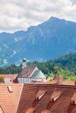 Iglesia antigua en Fussen y sus fondos hermosos con el moun Imagenes de archivo