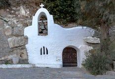 Iglesia antigua, pequeña, cristiana, ortodoxa, blanca Imágenes de archivo libres de regalías