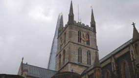 Iglesia antigua y rascacielos moderno almacen de video