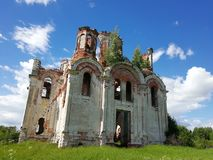 Iglesia arruinada en Rusia fotos de archivo
