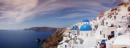 Iglesia azul y blanca del pueblo de Oia en Santorini Imágenes de archivo libres de regalías