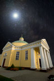 Iglesia bajo las estrellas Fotografía de archivo libre de regalías