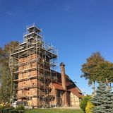 Iglesia bajo renovación, Polonia del pueblo fotos de archivo
