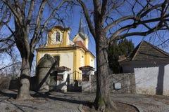 Iglesia barroca de st Wenceslao en Vsenory en el cielo azul, República Checa fotografía de archivo libre de regalías