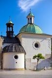 Iglesia barroca de St. Wojciech en la plaza del mercado principal en Cracovia en Polonia Foto de archivo libre de regalías