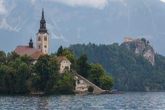 Iglesia barroca vieja en la isla en el lago blade Imágenes de archivo libres de regalías