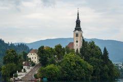 Iglesia barroca vieja en la isla en el lago blade Foto de archivo libre de regalías