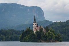 Iglesia barroca vieja en la isla en el lago blade Fotos de archivo