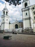 iglesia beige vieja con los campanarios y las bóvedas foto de archivo