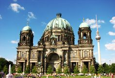 Iglesia berlinesa de la b?veda y torre de la TV Fotos de archivo libres de regalías