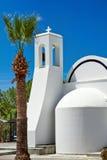 Iglesia blanca al lado de una palmera Fotos de archivo libres de regalías