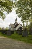 Iglesia blanca antigua en cementerio viejo. Imágenes de archivo libres de regalías