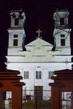 Iglesia blanca clásica cristiana en la noche Fotografía de archivo libre de regalías