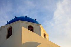 Iglesia blanca con la bóveda azul en Santorini, Grecia Imágenes de archivo libres de regalías